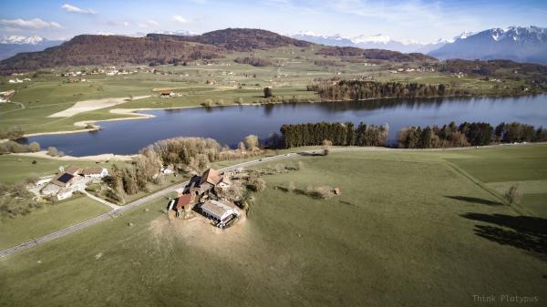 La Ferme de Praz-Romond et le Lac de Bret